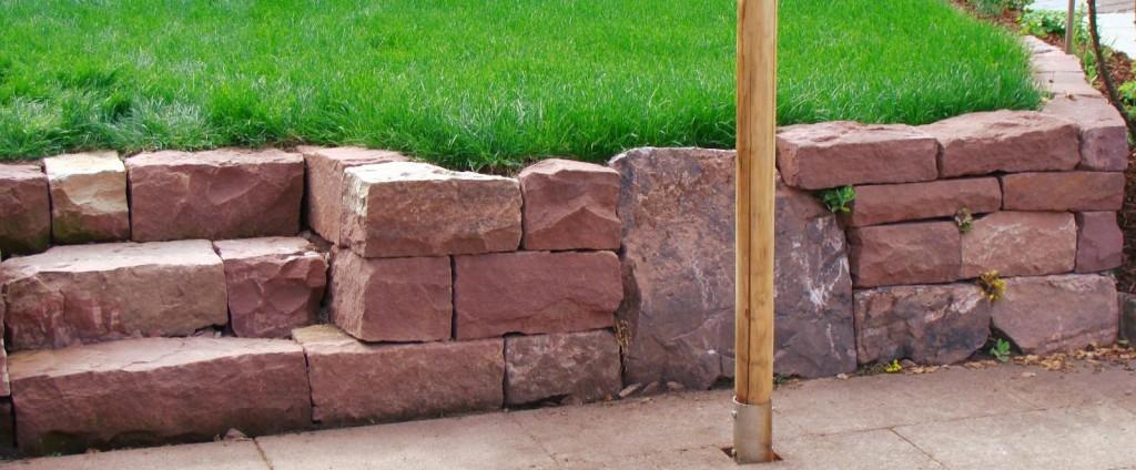 Hochwertige Trockenmauer aus rotem Sandstein